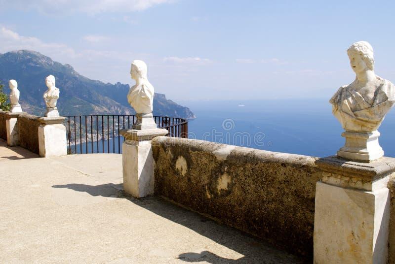 Costa de Amalfi del balcón de Cimbrone del chalet de Ravello foto de archivo