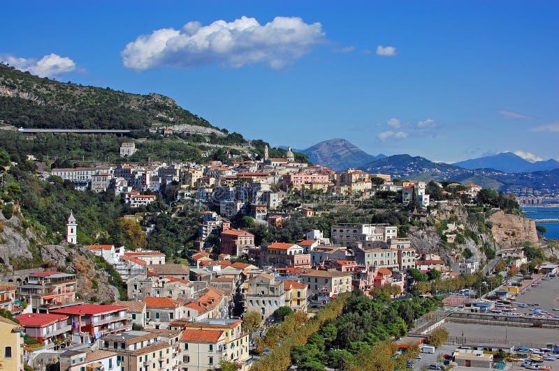 Costa de Amalfi, Italy - cidade da égua do sul de Vietri imagens de stock royalty free