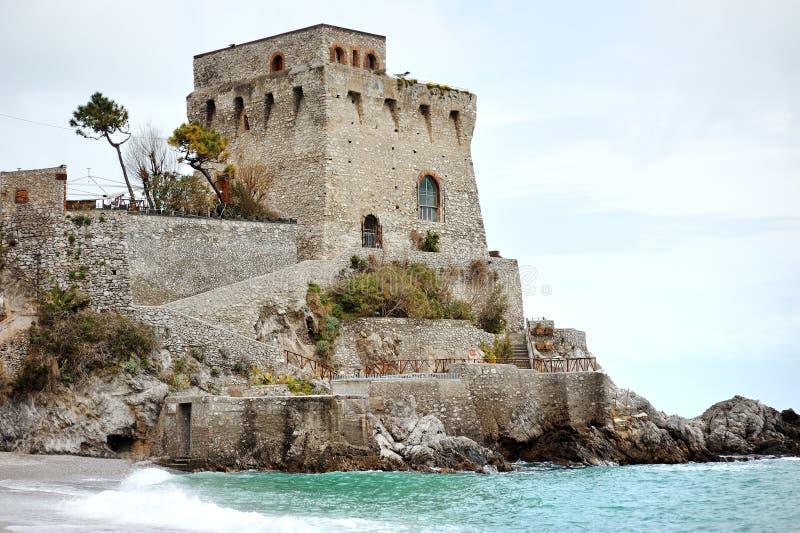 Costa de Amalfi, Maiori, torre de Itália - de Cerniola perto da opinião cênico do mar foto de stock royalty free