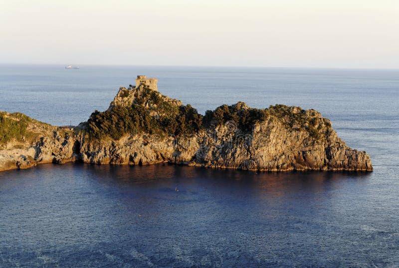 Costa de Amalfi - península no por do sol fotos de stock royalty free