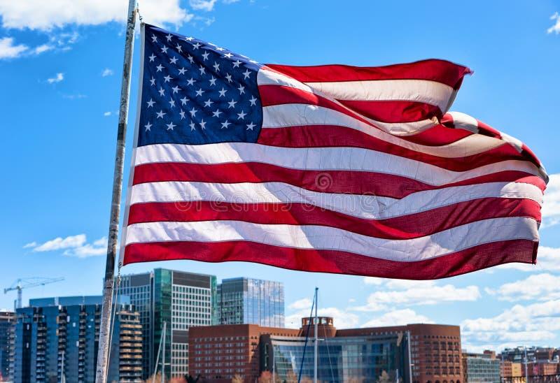 Costa de Boston y horizonte y bandera nacional mA de Estados Unidos fotografía de archivo