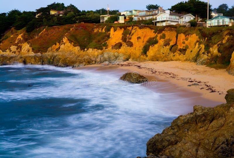 Costa de California en la puesta del sol imagenes de archivo