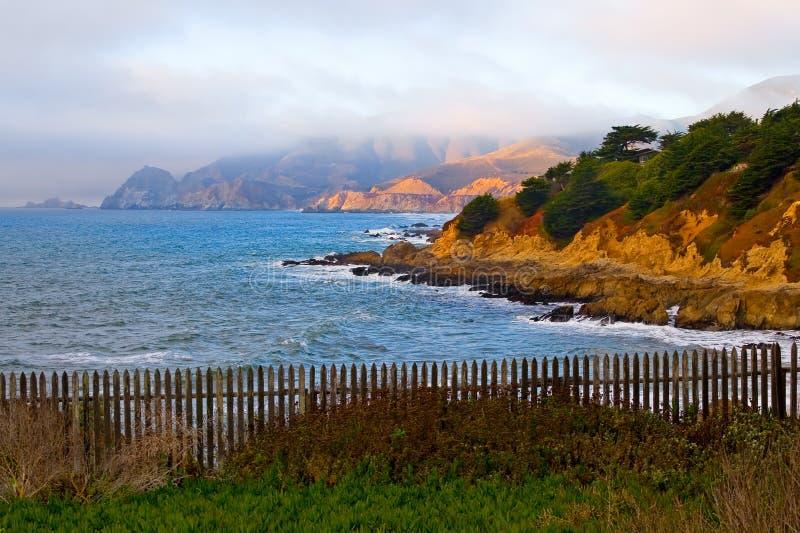 Costa de California en la puesta del sol fotos de archivo