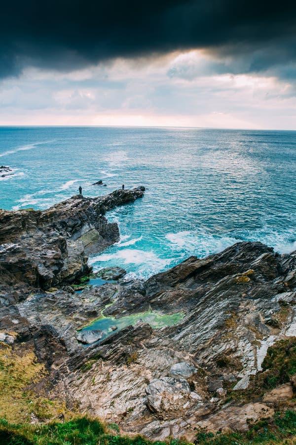 Costa costa de Cornualles hermosa en Newquay, Reino Unido fotos de archivo