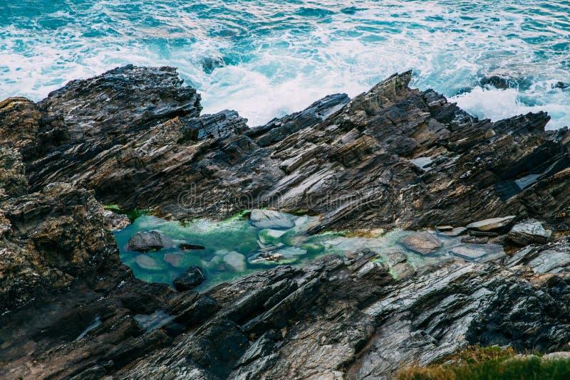 Costa costa de Cornualles hermosa en Newquay, Reino Unido imagenes de archivo
