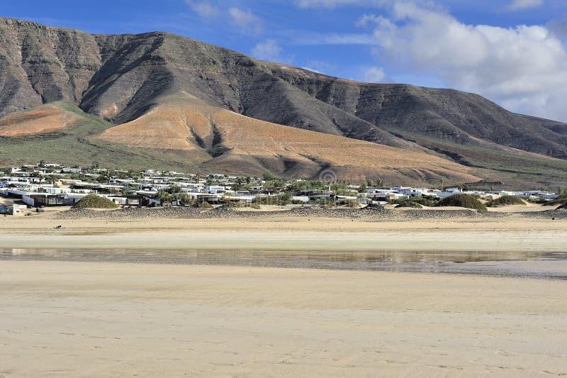 Download Praia De Famara, Lanzarote, Ilhas Canárias, Spain Imagem de Stock - Imagem de coastline, feriado: 29840331