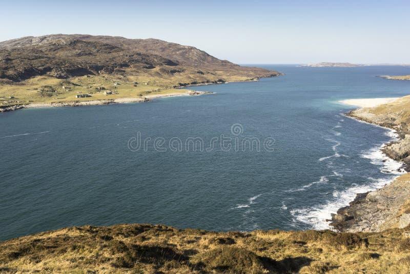 Costa costa de Hushinish y la isla de la escarpa fotografía de archivo