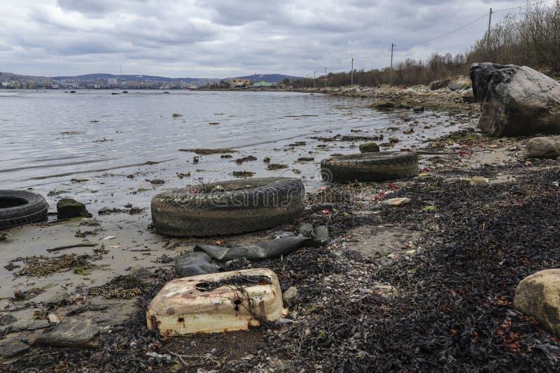 Costa de Kola Bay, contaminaci?n de la costa costa con la basura fotografía de archivo