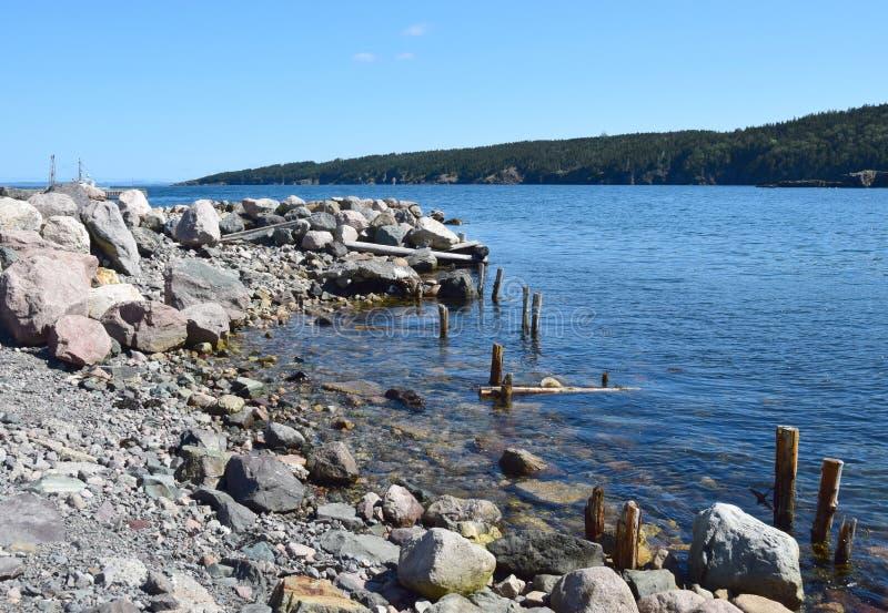 Costa costa de la bahía del concepto cerca de la ensenada-Lakeview del ` s de la Principal-capilla del puerto, NL Canadá foto de archivo