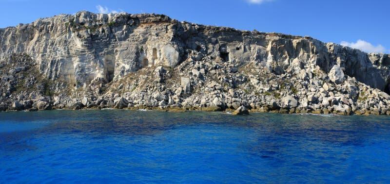 Costa de la isla de Favignana fotos de archivo