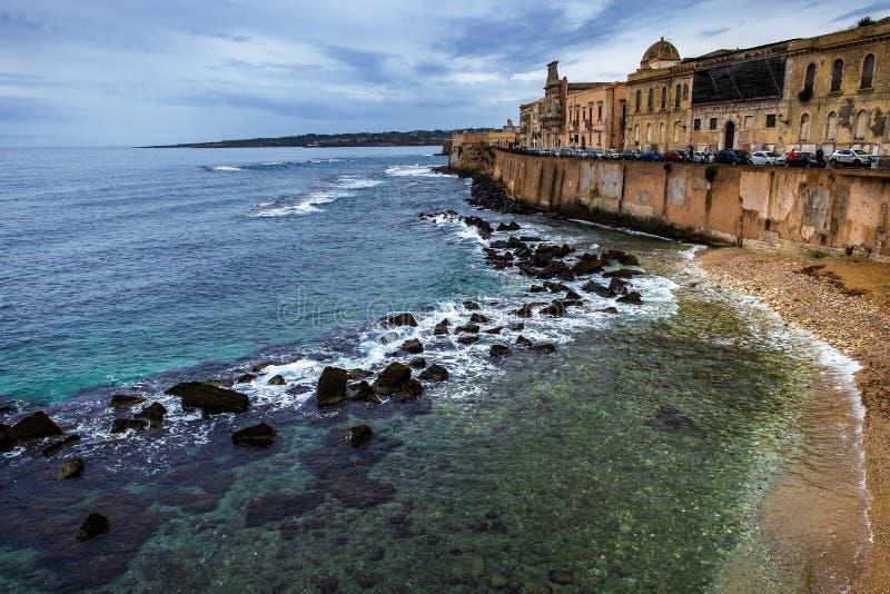 Costa de la isla de Ortigia en la ciudad de Syracuse, Sicilia, Italia imágenes de archivo libres de regalías