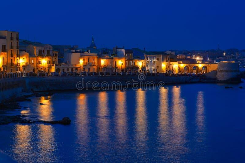 Costa de la opinión panorámica de la isla de Ortigia en la noche, Syracuse, Sicilia, Italia fotos de archivo