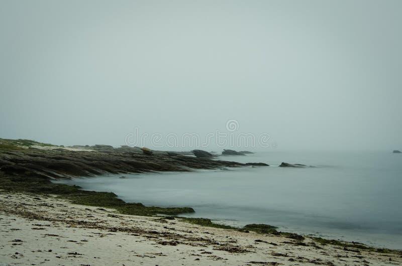 Costa de la península de Quiberon en Bretaña en la noche con la exposición larga fotografía de archivo libre de regalías