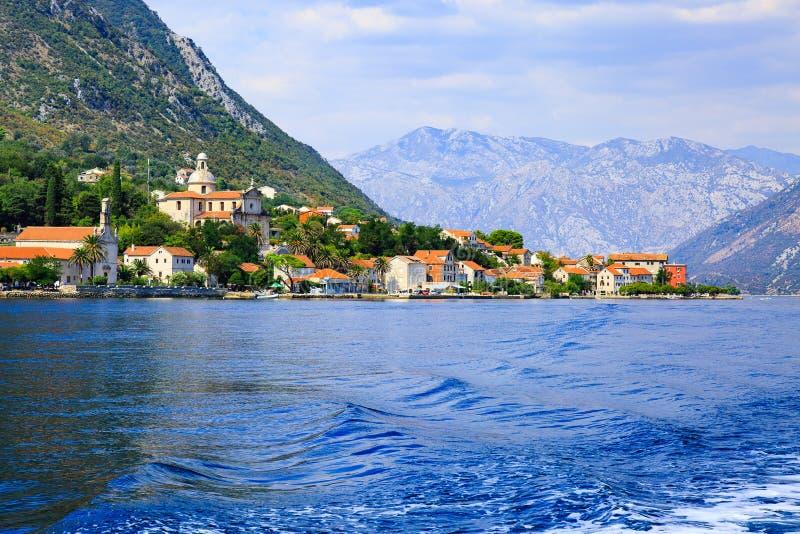 Costa de la pequeña ciudad Prcanj a lo largo de la bahía de Kotor, Montenegro Visión desde el mar imagenes de archivo