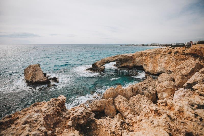 Costa de la playa de Sandy en el paisaje del mar Mediterráneo en Chipre i fotos de archivo