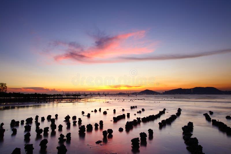 Costa de la puesta del sol imagenes de archivo