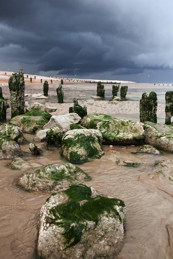 Costa de la tormenta de la playa de la playa fotos de archivo libres de regalías