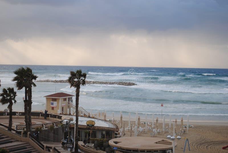 Costa de mar antes de la tormenta fotos de archivo