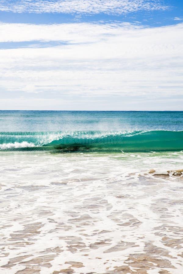Costa de mar australiana da praia da onda do verão de Ningaloo bonita foto de stock royalty free