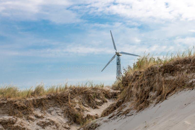 Costa de mar Báltico alemão com turbina eólica, dunas de areia e grama imagens de stock