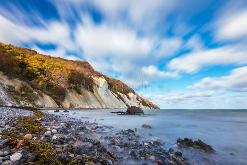 Costa de mar Báltico na ilha Moen em Dinamarca imagem de stock