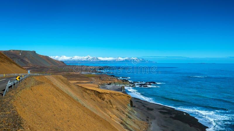 Costa de mar con las montañas en Islandia imagen de archivo libre de regalías