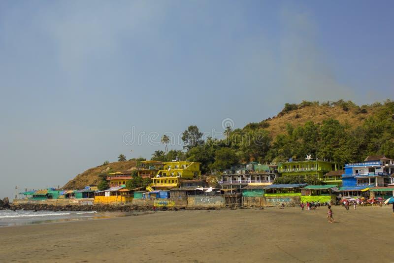 Costa de mar con una playa arenosa y casas multicoloras brillantes por los hoteles foto de archivo libre de regalías