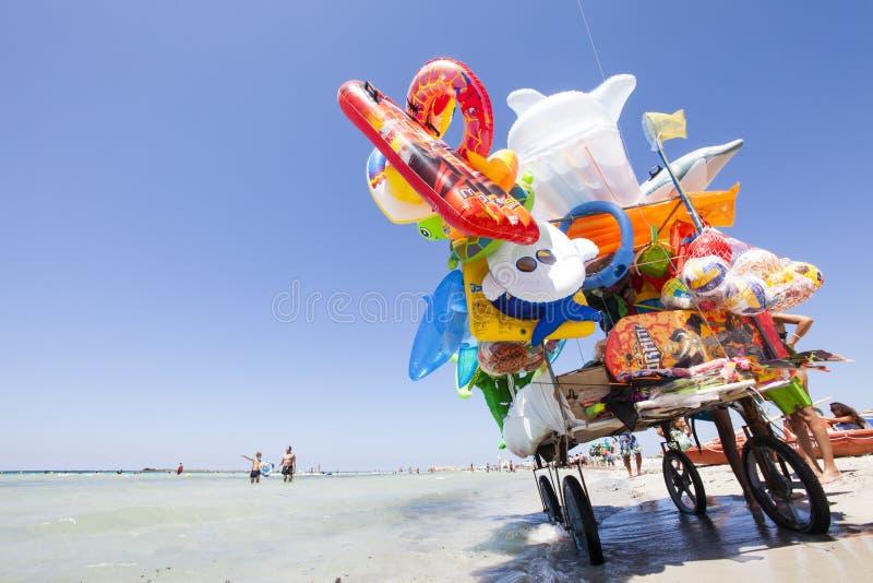 Costa de mar da praia do vendedor ambulante da compra completamente dos jogos e do divertimento imagens de stock