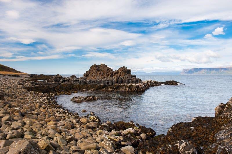 Costa de Mar del Norte, fiordos escénicos y playa rocosa, Islandia imagen de archivo libre de regalías
