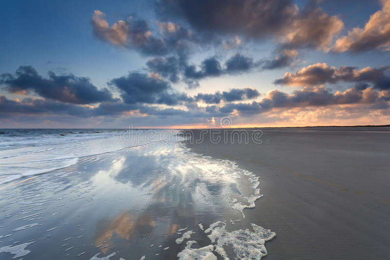 Costa de Mar do Norte no nascer do sol na ilha holandesa fotos de stock royalty free