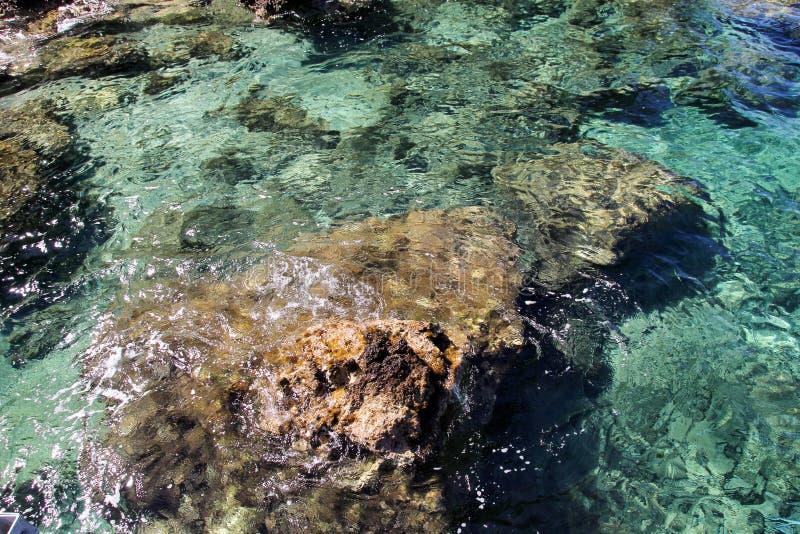 Costa de mar e praia com rochas, litoral rochoso, mar azul, bom dia ensolarado Viagem do ver?o Greece bonito A maioria de praia b imagens de stock
