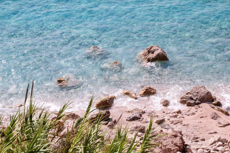 Costa de mar e praia com rochas, litoral rochoso, mar azul, bom dia ensolarado Viagem do ver?o Greece bonito A maioria de praia b imagem de stock