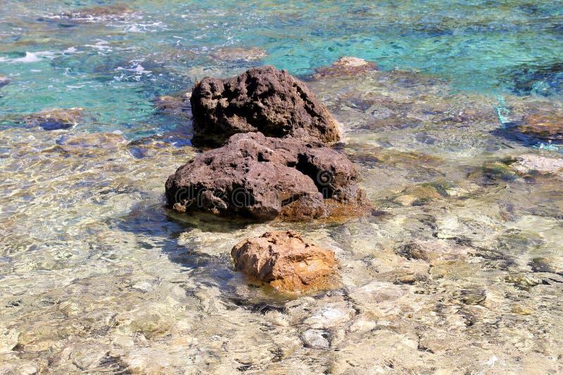 Costa de mar e praia com rochas, litoral rochoso, mar azul, bom dia ensolarado Viagem do ver?o Greece bonito A maioria de praia b imagens de stock royalty free