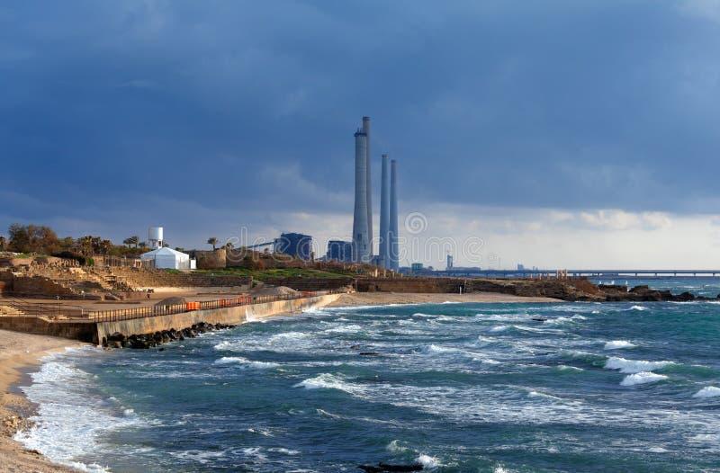 Costa de mar e ruínas de Caesarea Maritima, Israel fotografia de stock