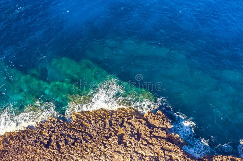 Costa de mar em praias rochosas com as ondas de água de turquesa, vista aérea fotos de stock