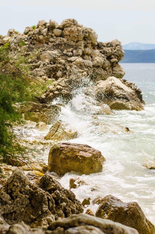 Costa de mar en Igrane, Croacia Un filón del cráneo Costa costa romántica imagen de archivo