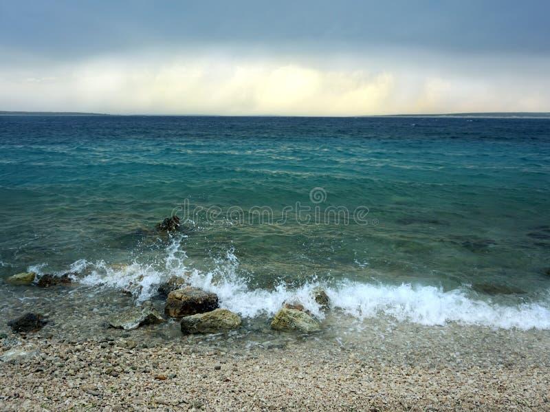 Costa de mar na lagoa azul após a tempestade foto de stock