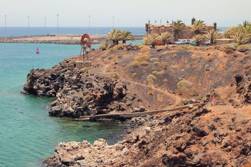Costa de mar perto da fortaleza San Jose Arrecife, Lanzarote, Espanha imagens de stock royalty free