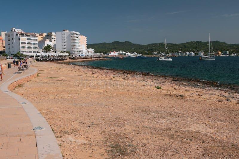 Costa de mar, 'promenade', centro turístico San Antonio, Ibiza, España fotografía de archivo libre de regalías