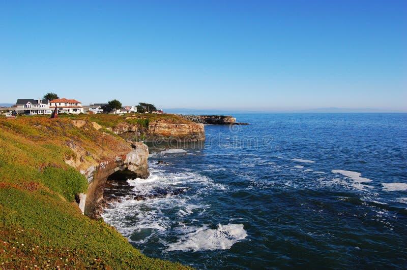 Costa de mar rochosa em Santa Cruz, Califórnia fotos de stock