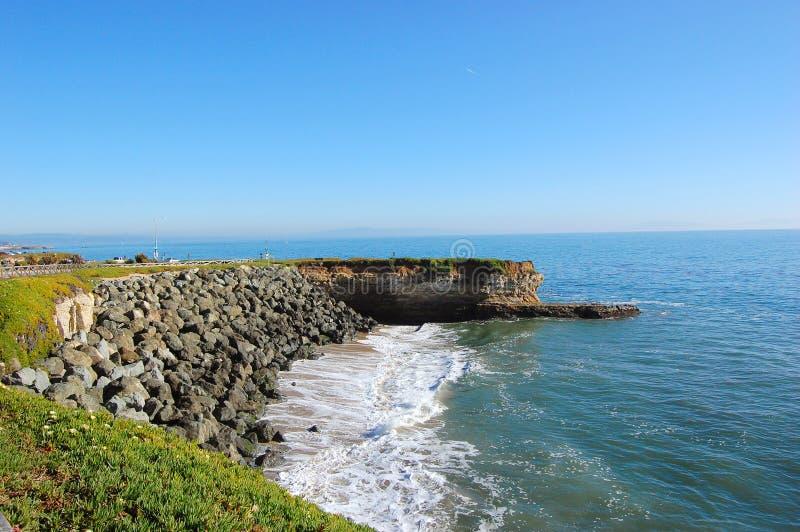 Costa de mar rochosa em Santa Cruz, Califórnia fotos de stock royalty free