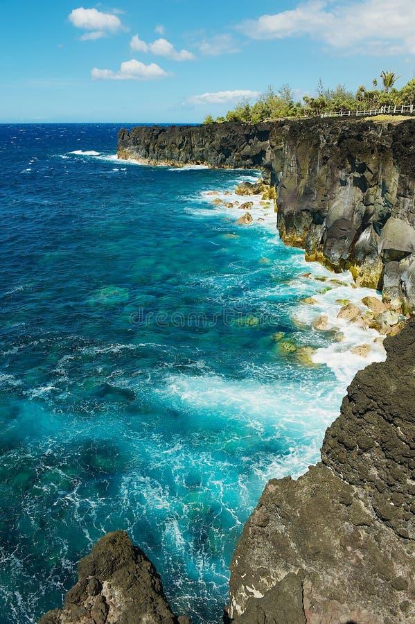 Costa de mar vulcânica preta da lava em Reunion Island, França fotografia de stock royalty free