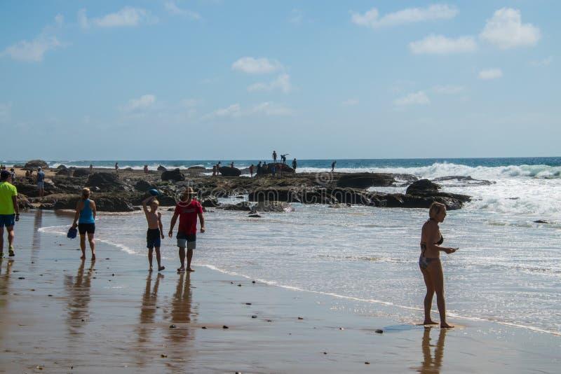 Costa de Newport, California - 8 de octubre de 2018: Una opinión del paisaje de la playa y de la línea de la playa rocosa en Crys imagen de archivo libre de regalías