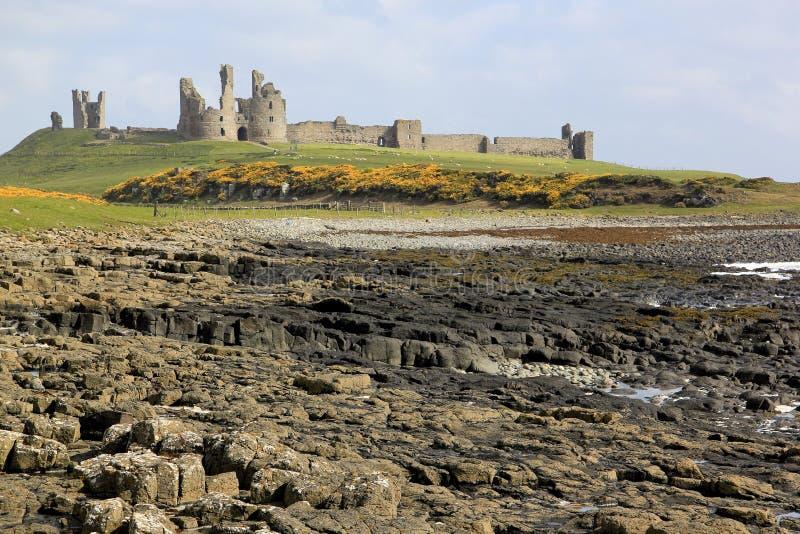 Costa de Northumberland del castillo de Dunstanburgh foto de archivo