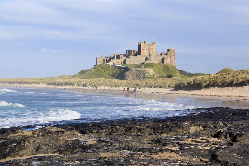 Costa de northumberland do castelo de Bamburgh imagem de stock royalty free