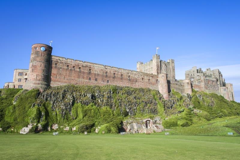 Costa de northumberland do castelo de Bamburgh foto de stock