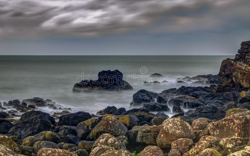 Costa costa de Océano Atlántico fotos de archivo