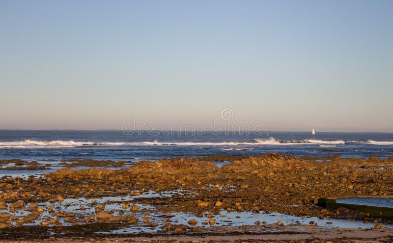 Costa de Océano Atlántico en Portugal, Europa Playa de la mañana con las rocas Playa en la puesta del sol Paisaje marino en el am foto de archivo