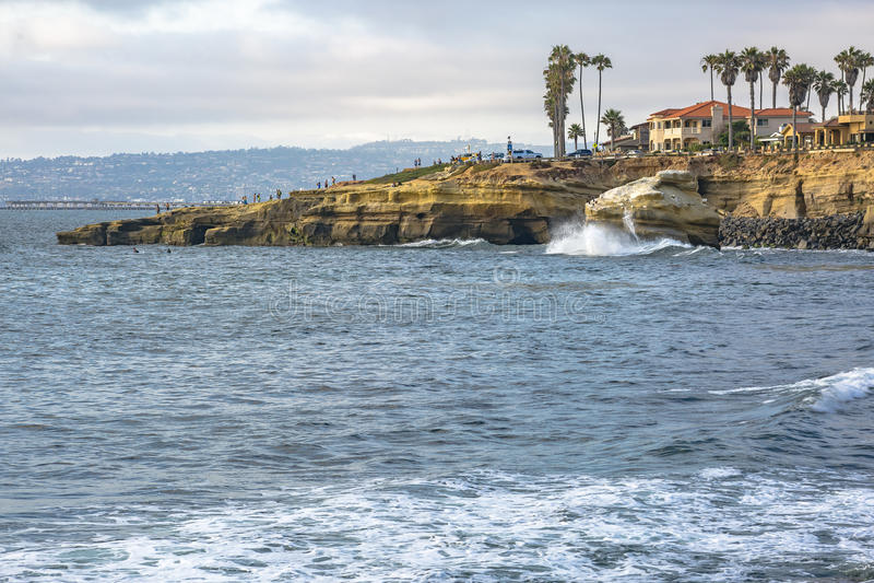 A costa de penhascos Califórnia do por do sol imagem de stock