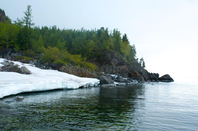 Costa de piedra del lago Baikal fotos de archivo